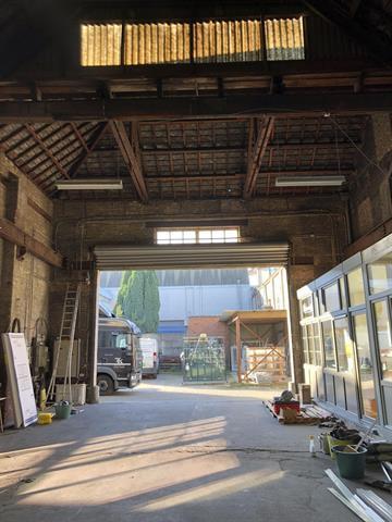 SWITCH REAL ESTATE Immeuble industriel avec logement et show room